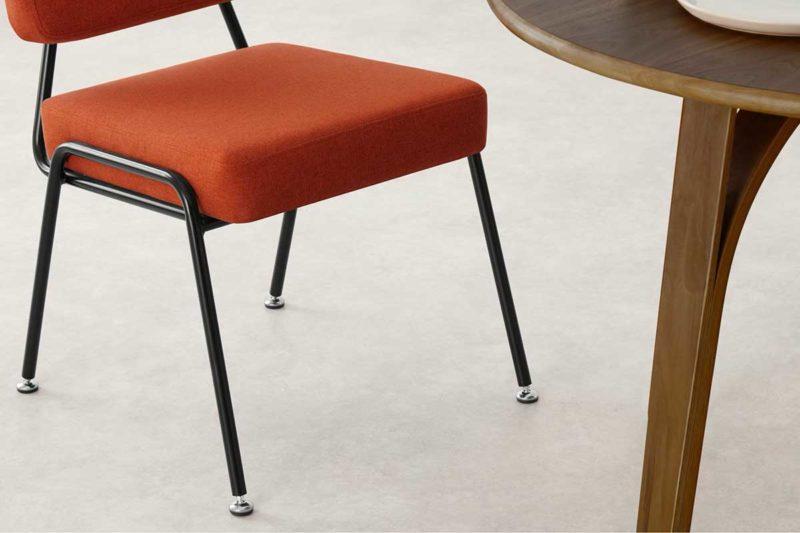 Chaise en tissu rouge corail