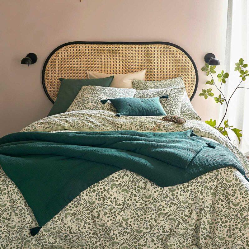 Chambre à la déco naturelle avec tête de lit en cannage