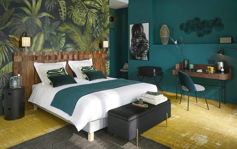 Chambre avec papier peint jungle en couleur