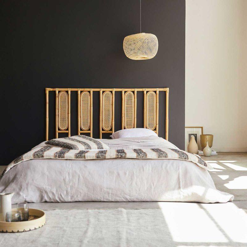 Chambre avec tête de lit cannage