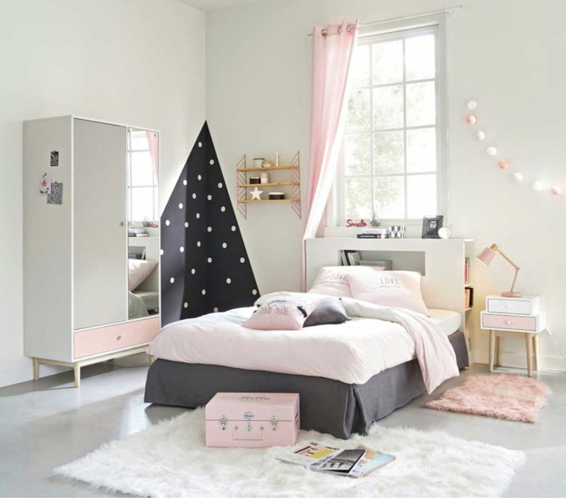 Chambre de fille avec tête de lit étagère