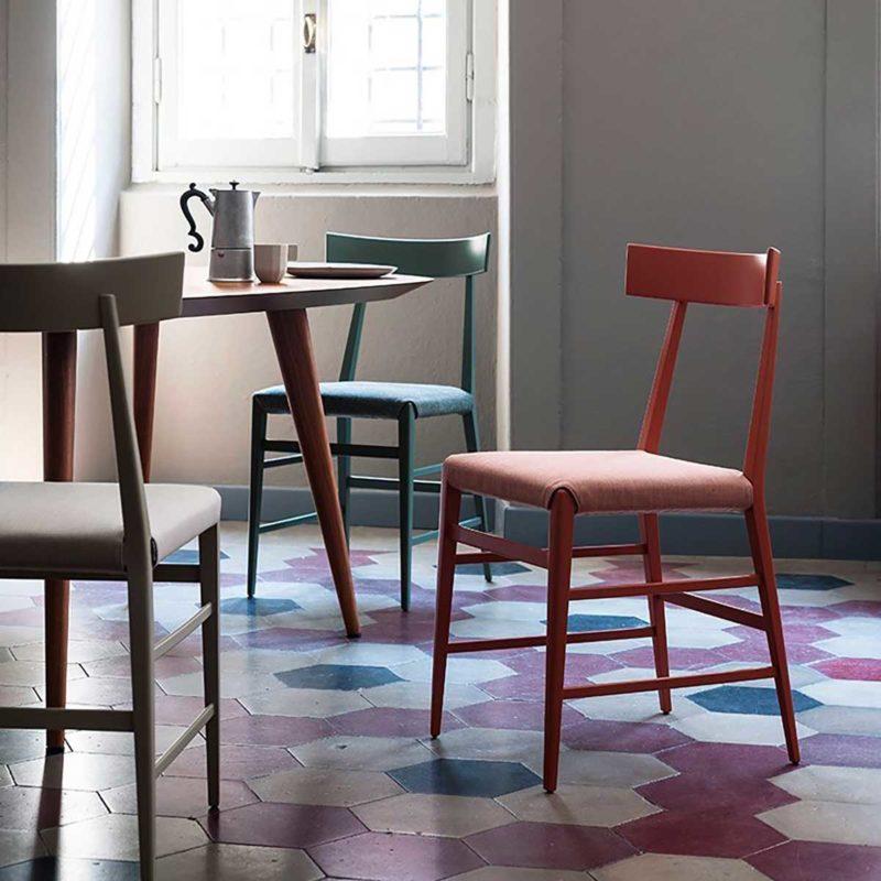 Cuisine avec chaises contemporaines en tissu