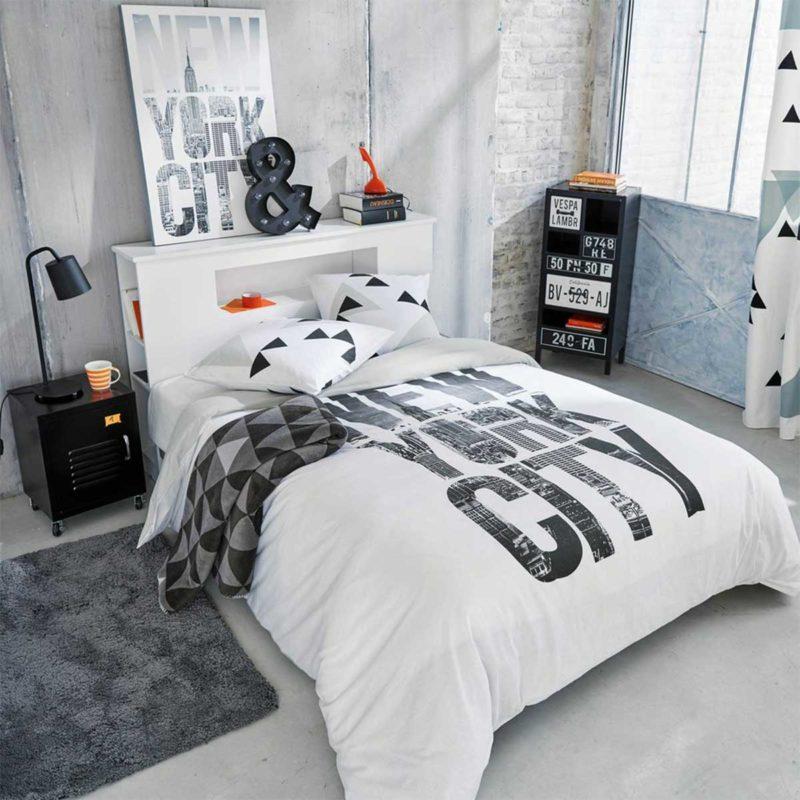 Étagère tête de lit dans une chambre d'ado