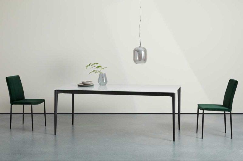 Grande table design avec plateau en verre blanc