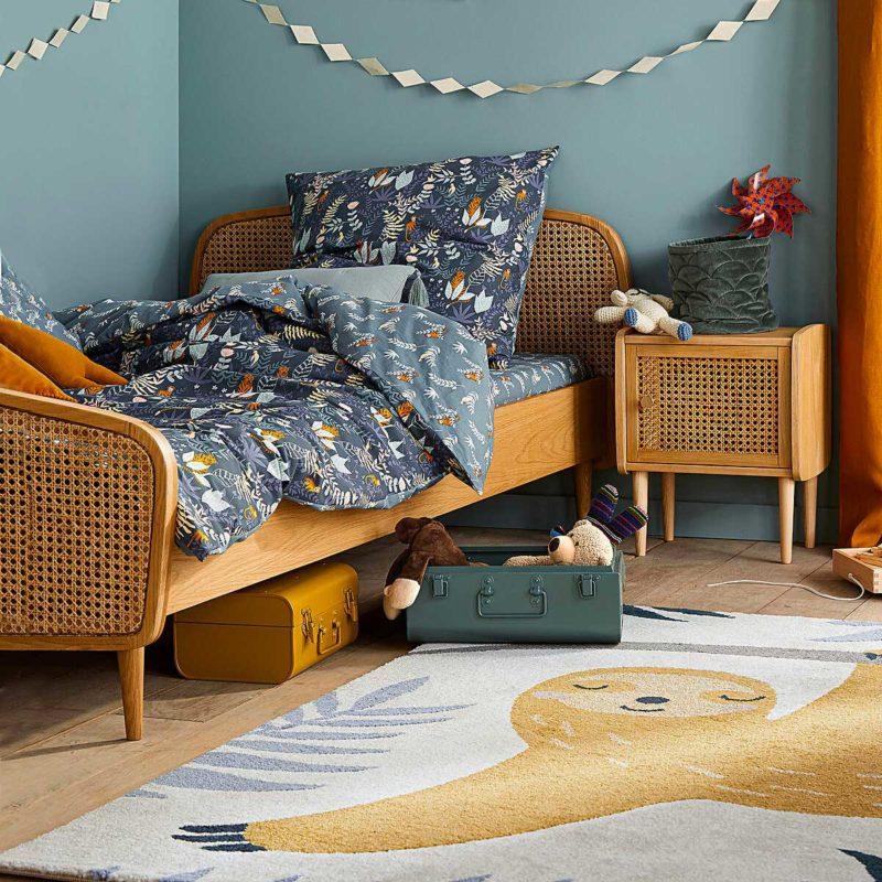 Chambre d'enfant avec lit simple en cannage