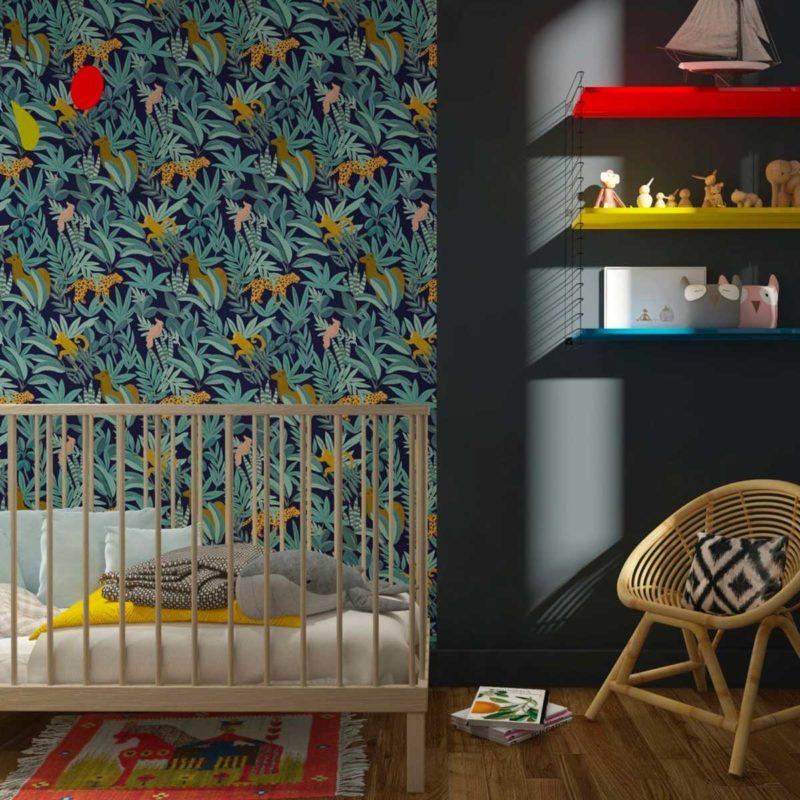 Papier peint jungle bleu dans une chambre de bébé
