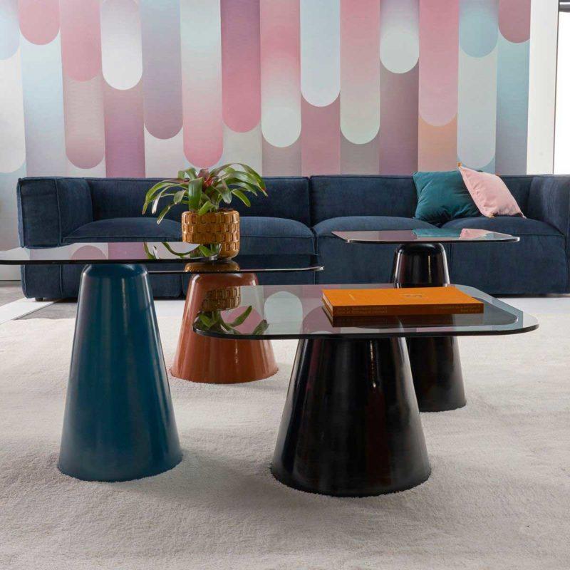 Petite table basse colorée en verre