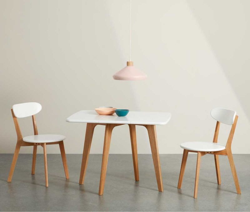Petite table carrée style scandinave moderne