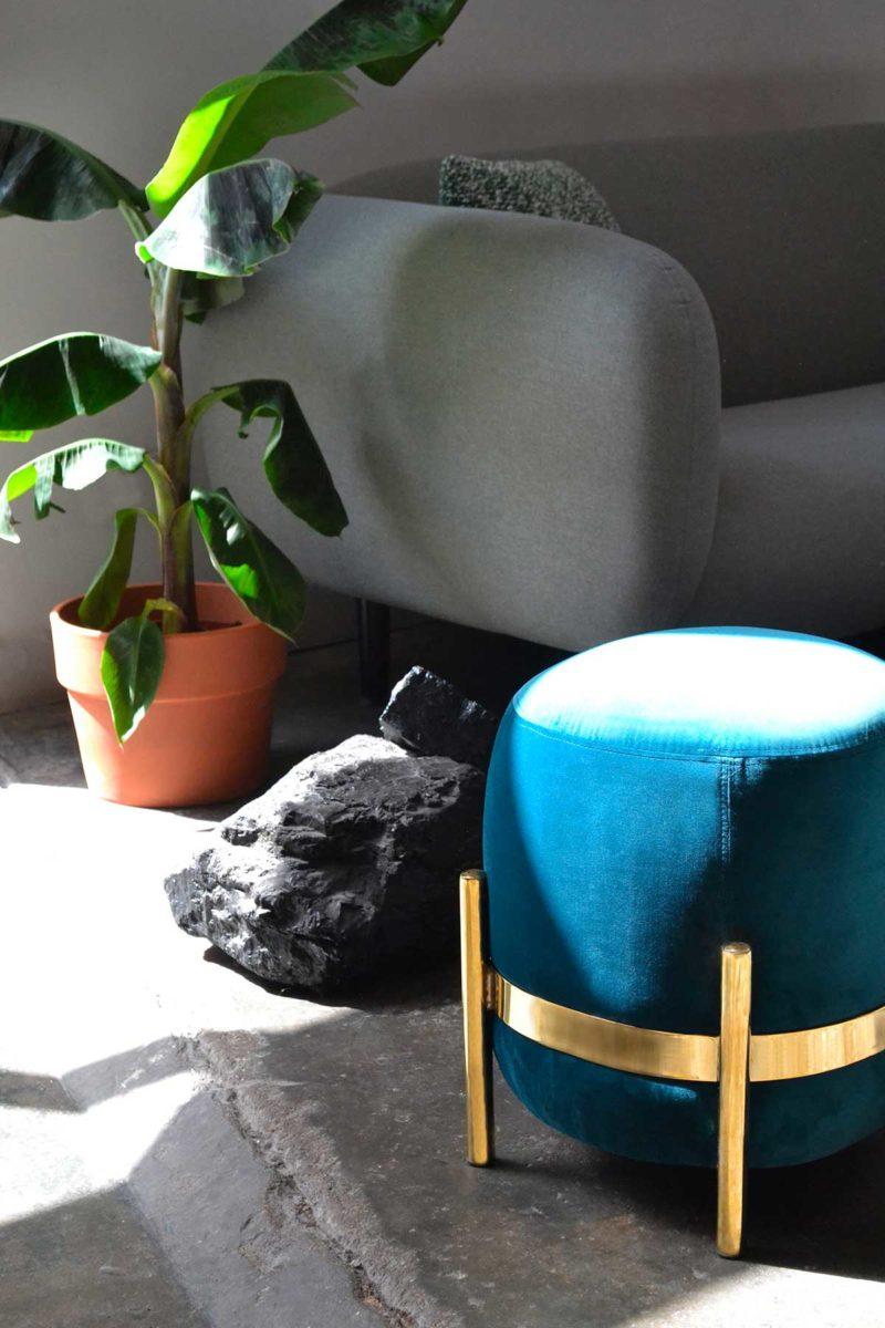 Pouf en velours bleu et métal doré