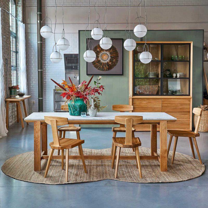 Salle à manger avec table en bois et marbre