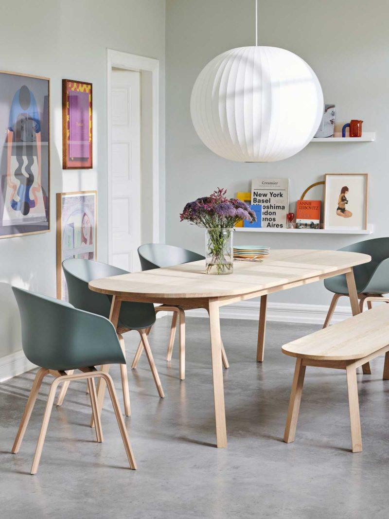 Salle à manger avec table oblongue et banc