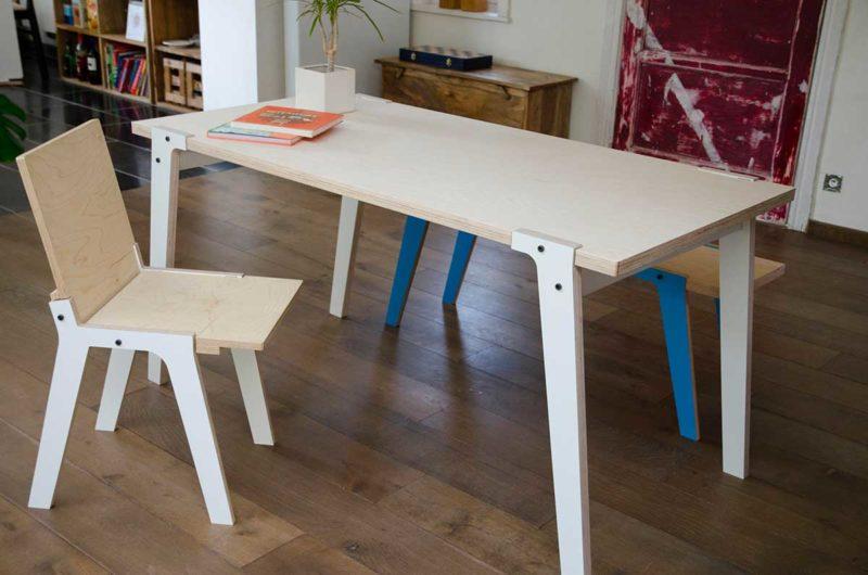 Table avec plateau en contreplaqué