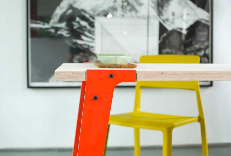 Table avec plateau en contreplaqué et pieds colorés