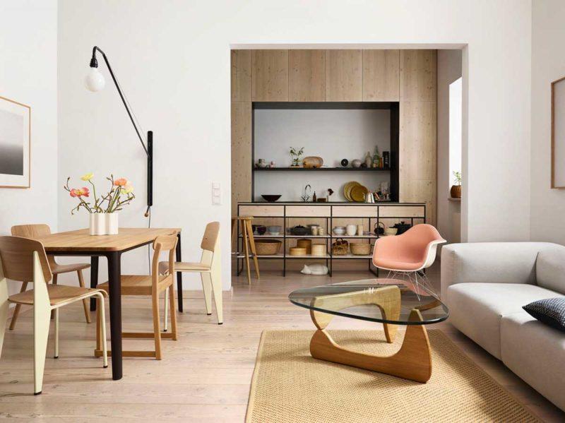Table basse avec piétement bois et plateau en verre