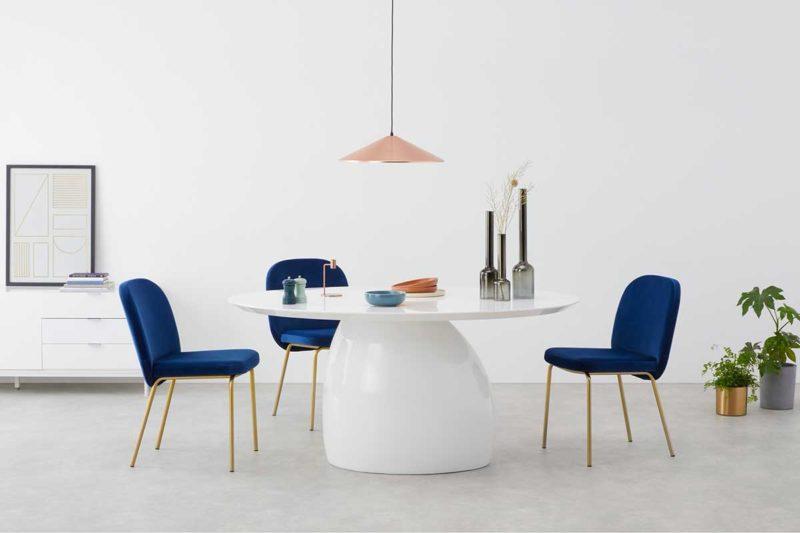 Table blanche au design atypique avec pied central