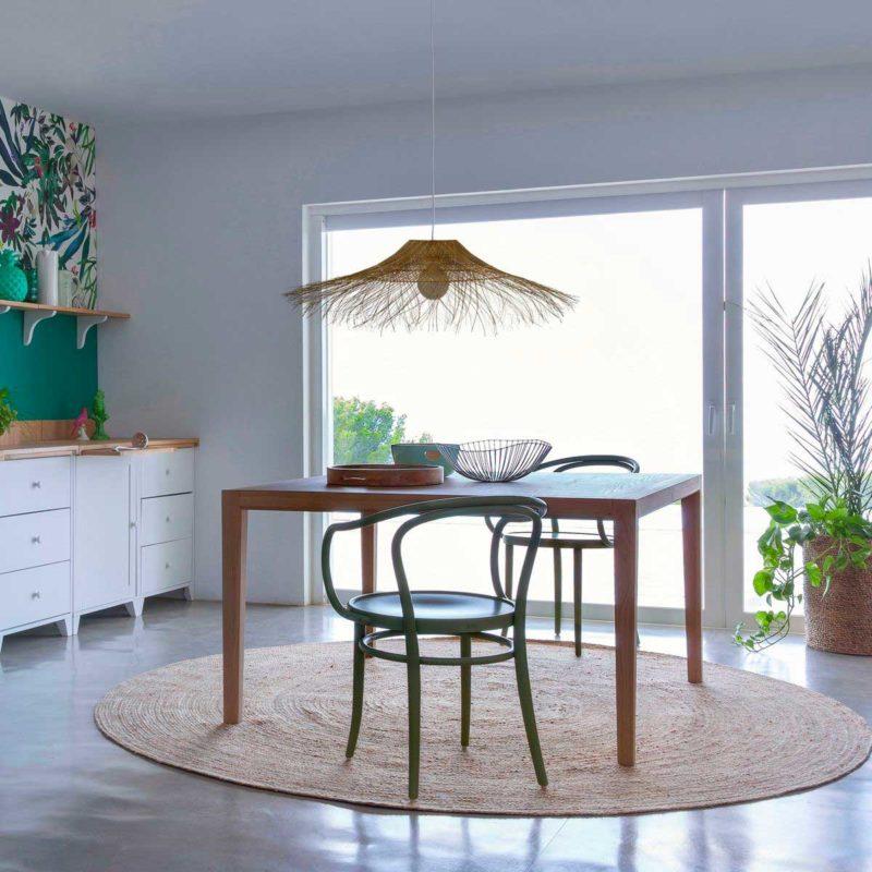 Table carrée en bois dans une cuisine