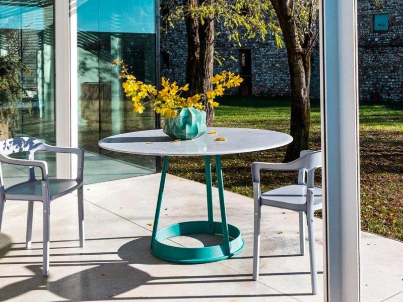 Table design en marbre avec pied central