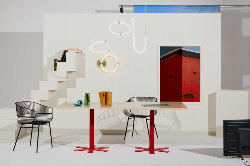 Table contemporaine avec plateau rose