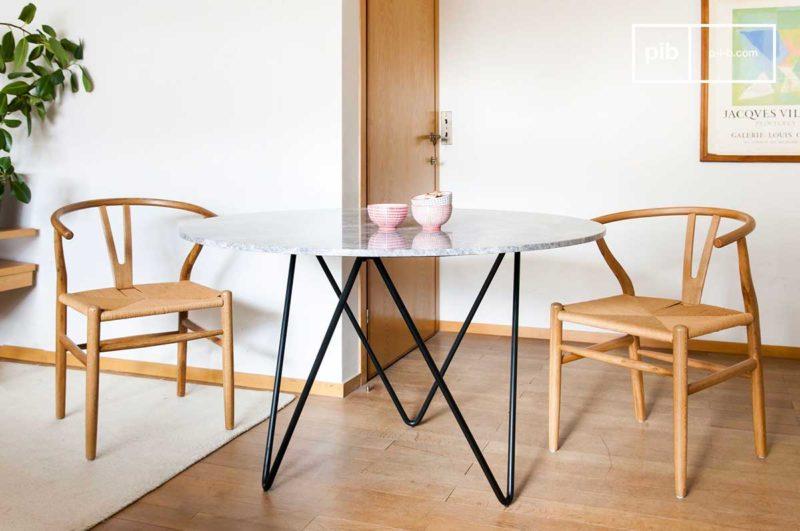 Table en marbre avec pieds en métal noir