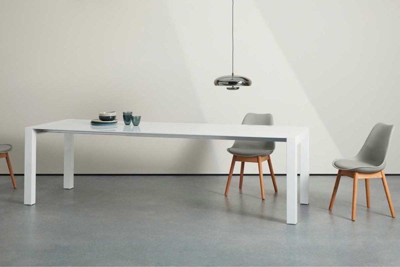 Table extensible blanche au design épuré