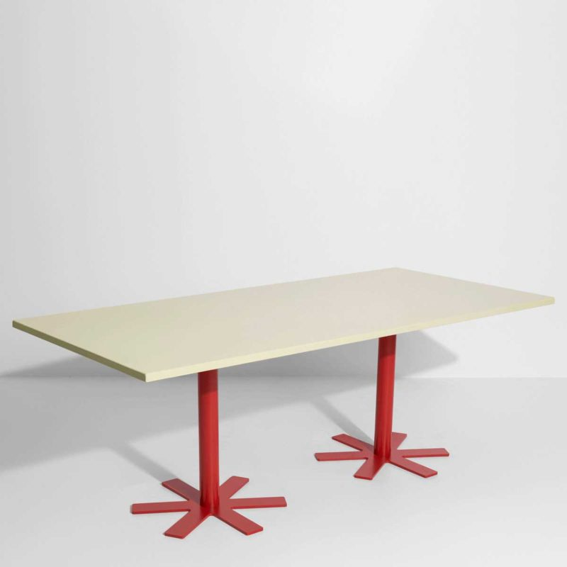Table moderne avec pieds rouge