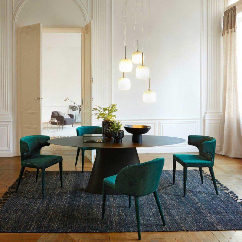 Table ovale en métal au design contemporain