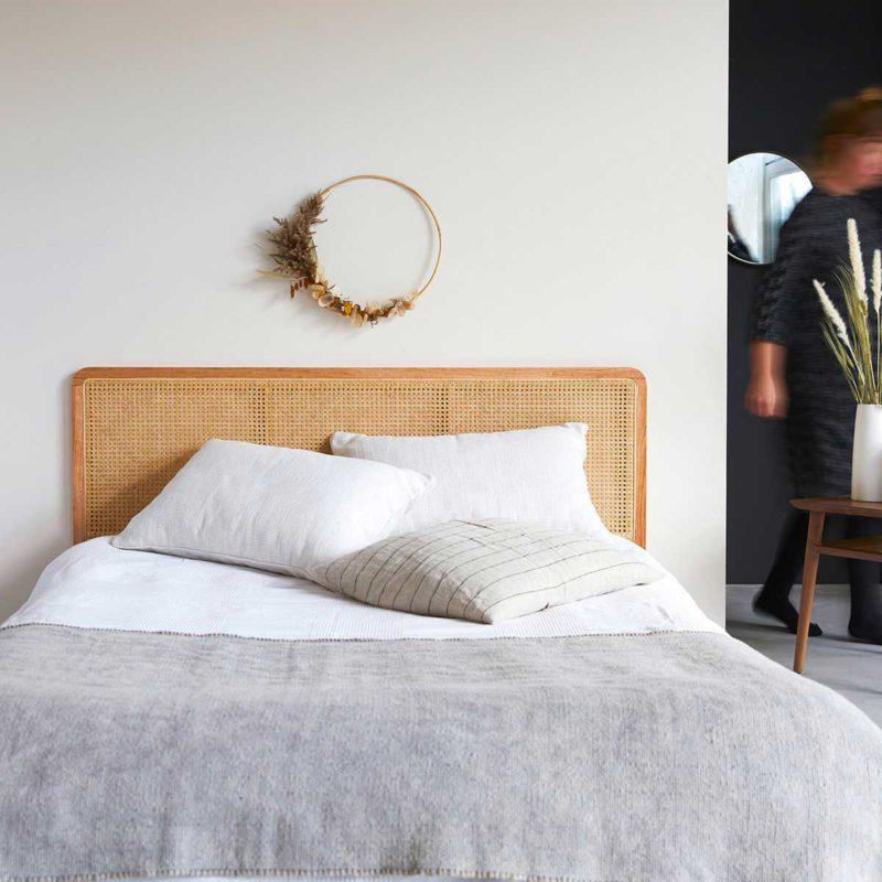 Tête de lit en bois et cannage