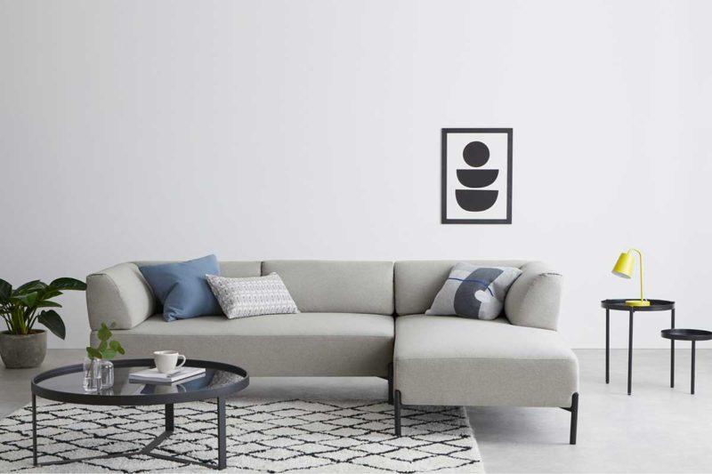 Canapé d'angle gris clair avec pieds en métal noir