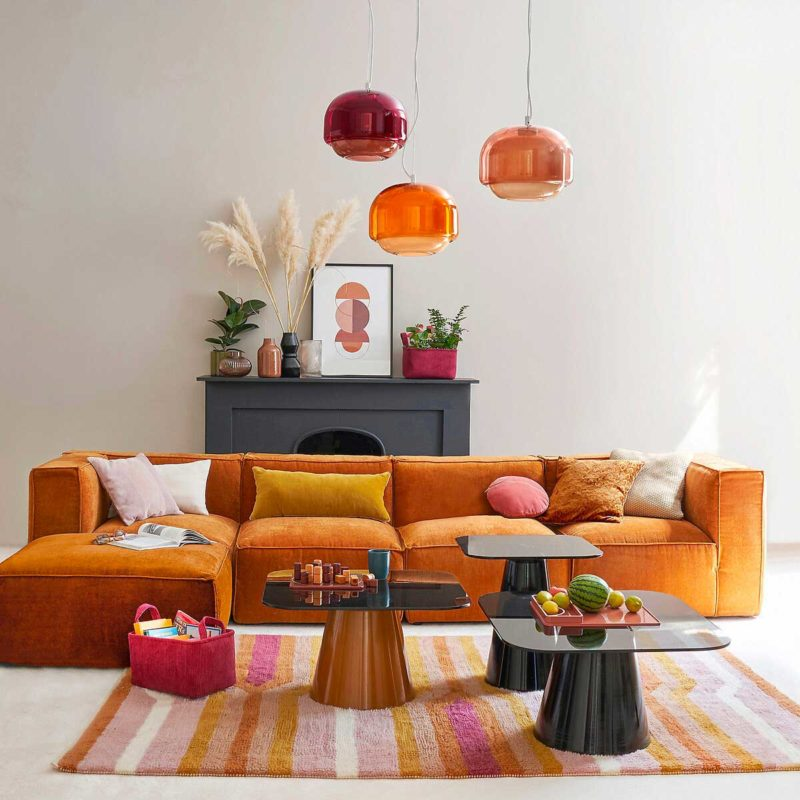 Canapé en velours au design contemporain