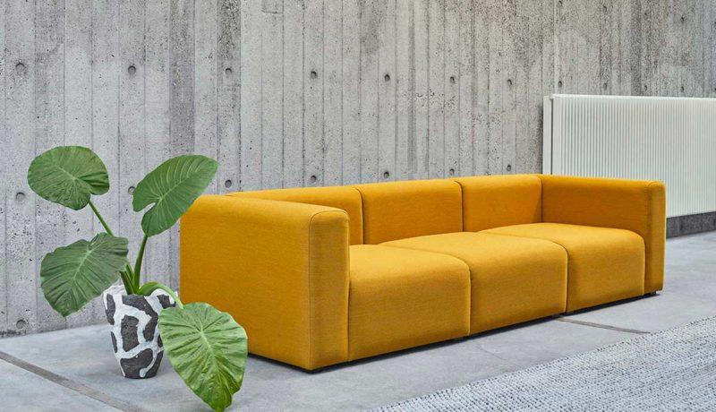 Canapé jaune au style épuré