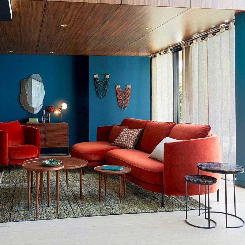 Canapé rouge au design arrondi