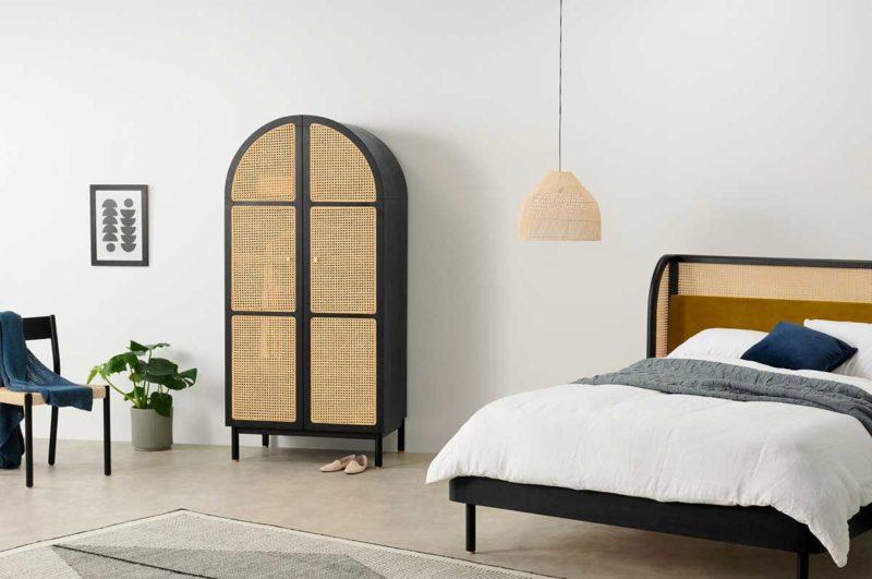 Chambre avec armoire en bois noir et cannage