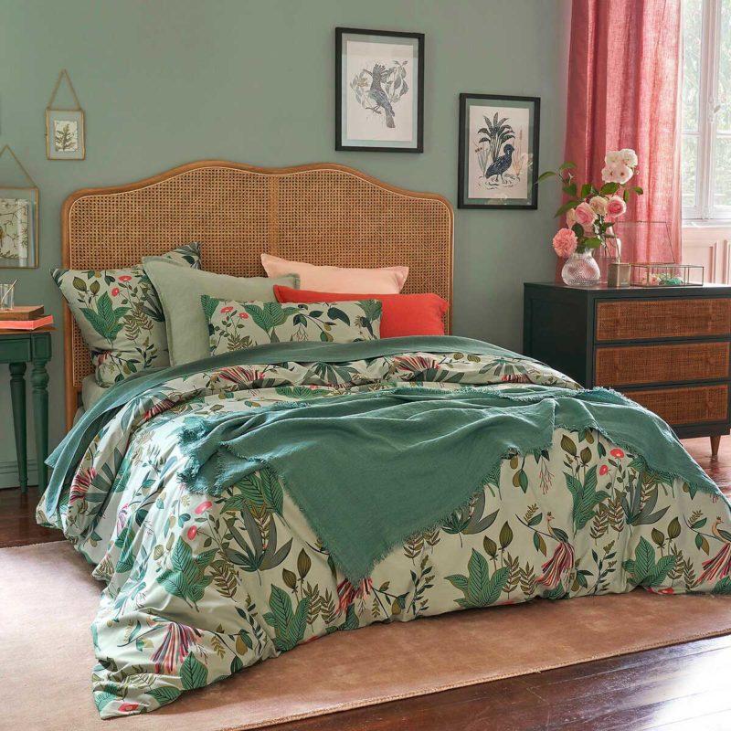 Chambre avec tête de lit et commode en cannage