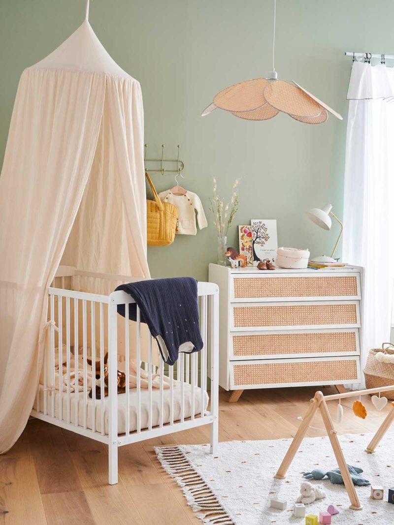Chambre pour bébé avec commode en cannage