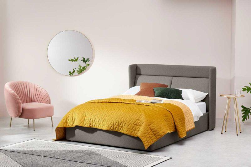 Chambre contemporaine avec lit au sommier relevable