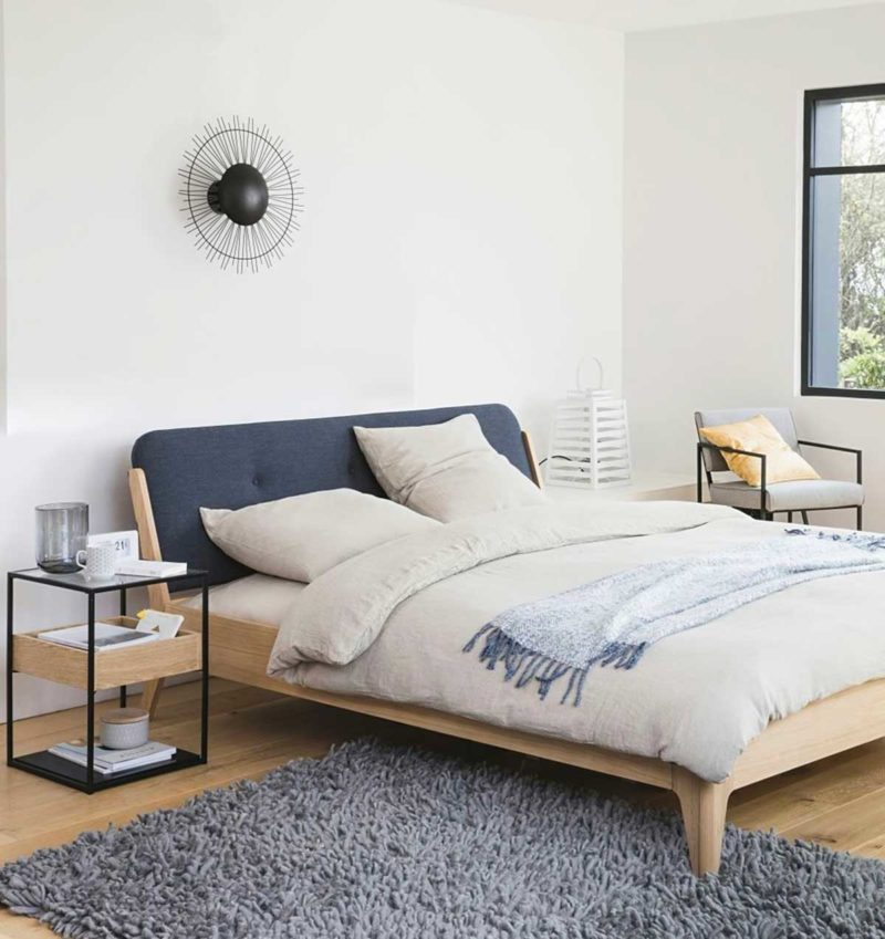 Lit design en bois avec tête de lit en tissu