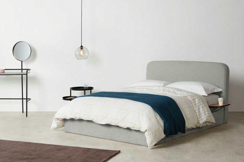 Lit en tissu gris avec tables de chevets intégrées