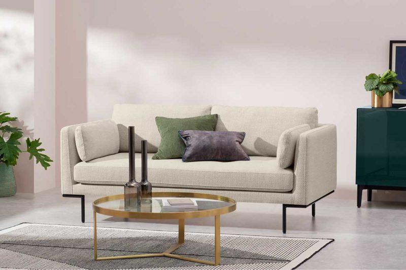 Petit canapé écru dans un salon au design moderne