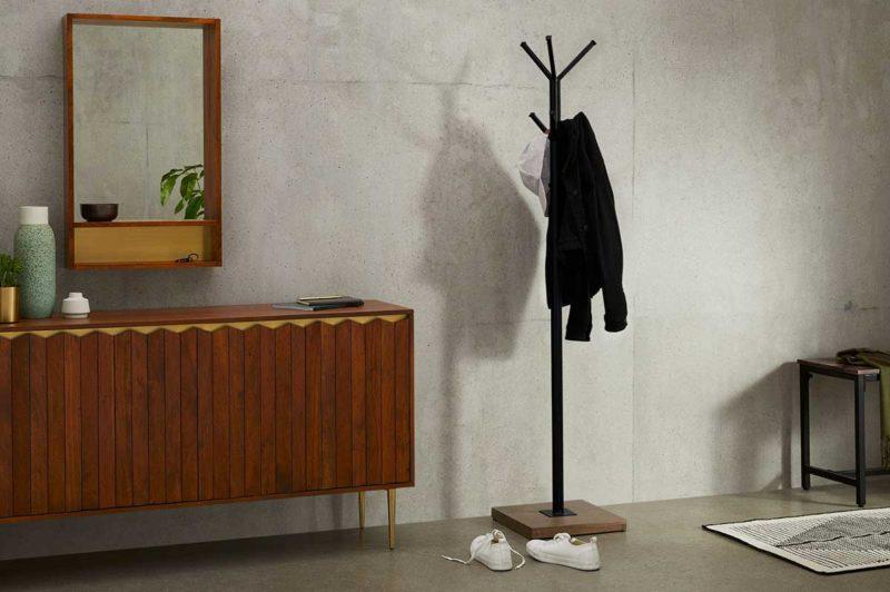 Porte-manteau en métal noir avec base en bois