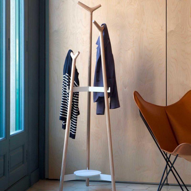 Porte-manteau sur pied au design contemporain