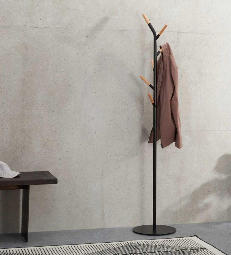 Porte-manteau sur pied en métal noir et bois
