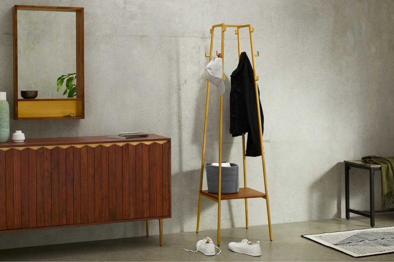 Porte-manteau sur pied style laiton avec étagère