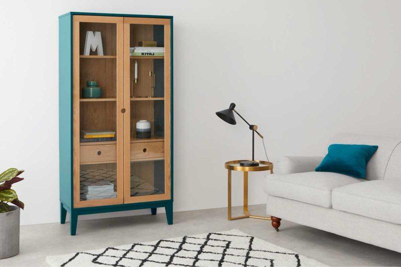 Salon avec bibliothèque vitrée bleu canard