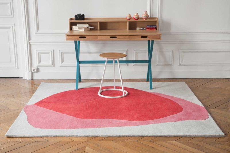 Bureau avec tapis moderne écru rose rouge