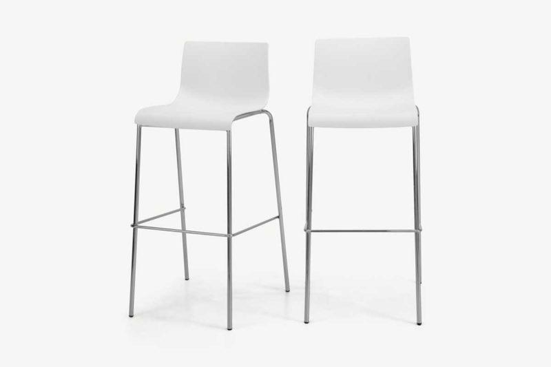 Chaise haute blanche avec pieds chromés