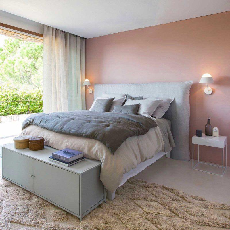 Chambre avec chevet en métal blanc
