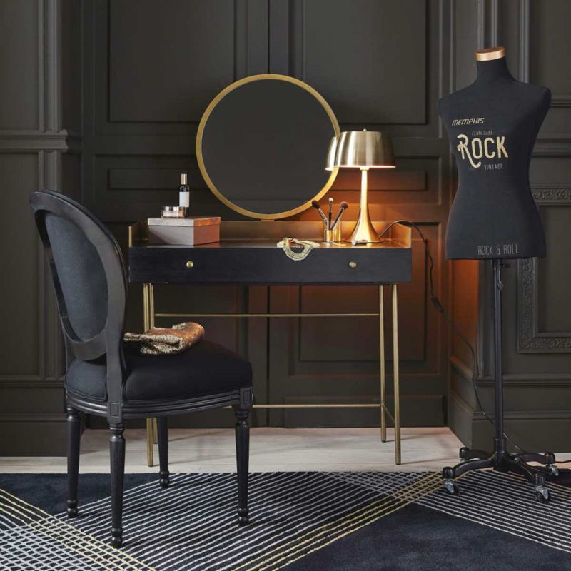 Chambre avec coiffeuse noire et or