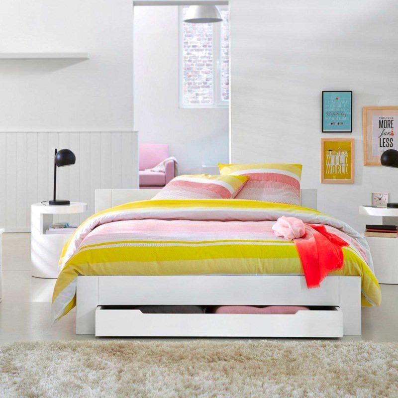 Chambre avec table de nuit circulaire moderne