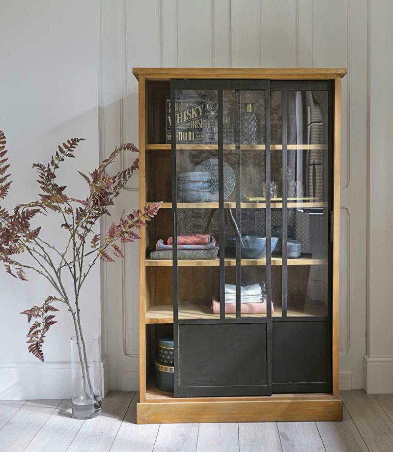 Grande bibliothèque vitrine en bois massif avec portes coulissantes en métal