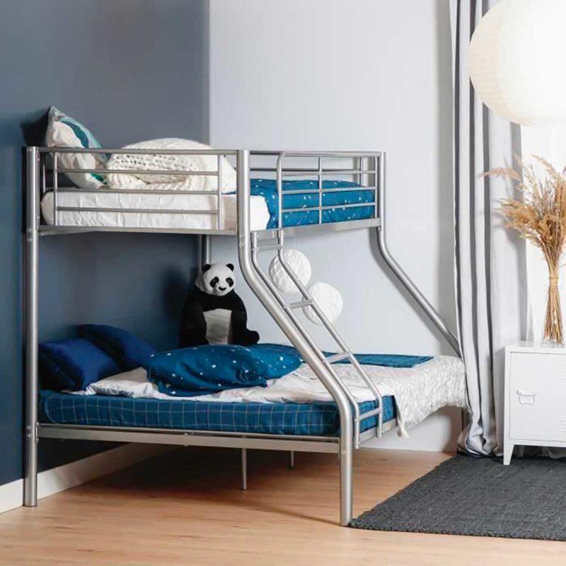 Lit deux personnes avec lit simple superposé